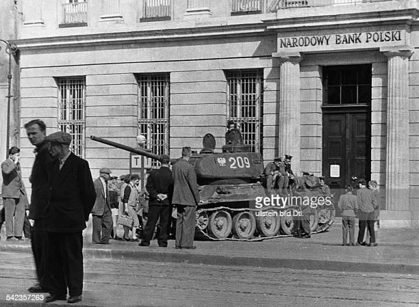 Generalstreik Massendemonstrationen und Volkserhebung in Posen 1956 Vor der Volksbank ist ein polnischer Panzer aufgefahren