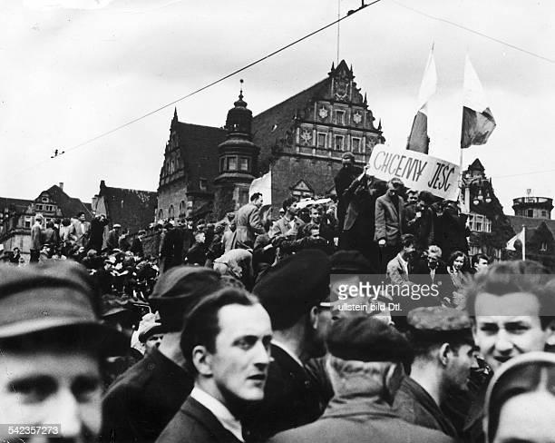 Generalstreik Massendemonstrationen und Volkserhebung in Posen 1956 Arbeiter bei der Versammlung auf dem Hauptplatz Transparent mit der Aufschriften...