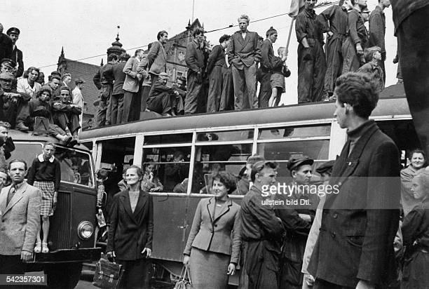 Generalstreik Massendemonstrationen und Volkserhebung in Posen 1956 Arbeiter bei der Versammlung auf dem Hauptplatz Strassenbahnen werden gestürmt