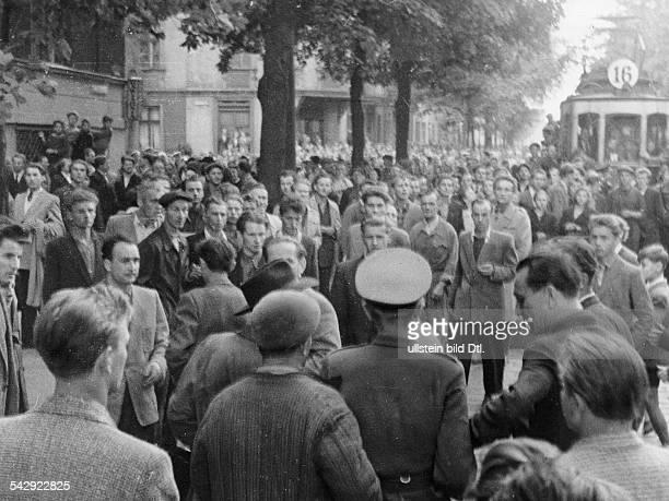Generalstreik Massendemonstrationen und Volkserhebung in Posen 1956 Arbeiter versammeln sich um einen polnischen Armeeoffizier und diskutieren mit...