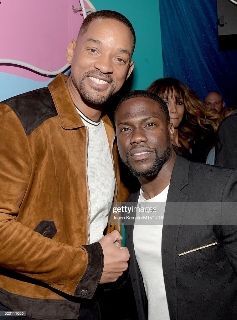 generation-award-honoree-will-smith-and-host-kevin-hart-pose-at-the-picture-id520111656