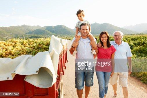 Generazionale famiglia a piedi nel vigneto