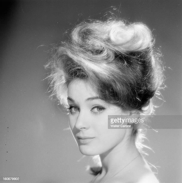 Genevieve Grad Poses In Studio 5 avril 1962 Portrait de Geneviève GRAD posant en studio de profil