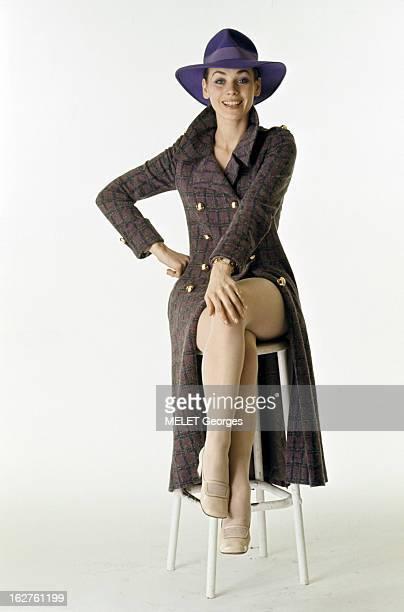 Genevieve Grad Poses In Studio En mai 1970 lors d'une séance de photographies de mode en studio l'actrice Geneviève GRAD assise souriante sur un...