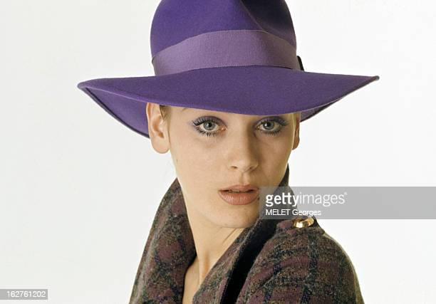 Genevieve Grad Poses In Studio En mai 1970 portrait de l'actrice Geneviève GRAD coiffée d'un chapeau violet lors d'une séance de photographies de...