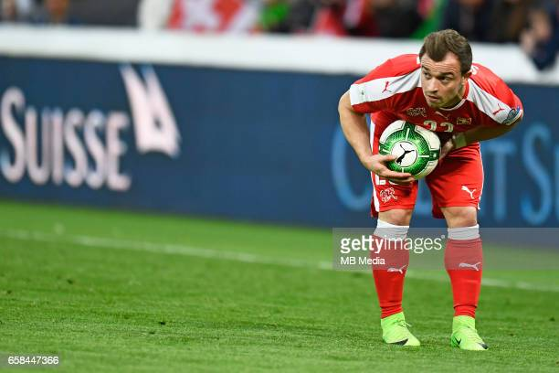 Genf Fussball WM Quali Schweiz Lettland'Xherdan Shaqiri trocknet den Ball für einen Freistoss'