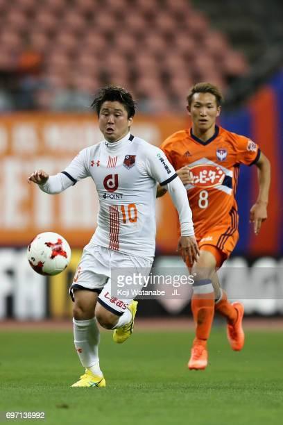 Genki Omae of Omiya Ardija in action during the JLeague J1 match between Albirex Niigata and Omiya Ardija at Denka Big Swan Stadium on June 17 2017...