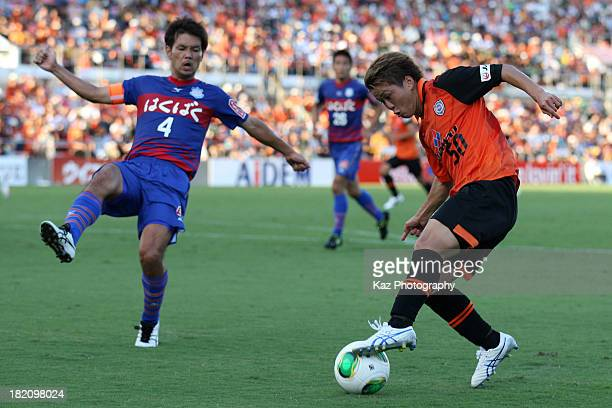 Genki Omae of Shimizu SPulse and Hideomi Yamamoto of Ventforet Kofu compete for the ball during the JLeague match between Shimizu SPulse and...