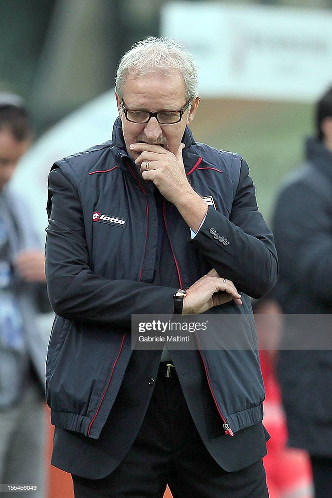 Genoa head coach Luigi Del Neri looks during the Serie A match between AC Siena and Genoa CFC at Stadio Artemio Franchi on November 4, 2012 in Siena, Italy.