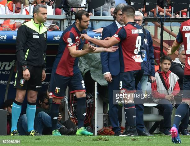 Genoa Team change Giovanni Simeone injured with Goran Pandev during the Serie A match between Genoa CFC and FC Internazionale at Stadio Luigi...