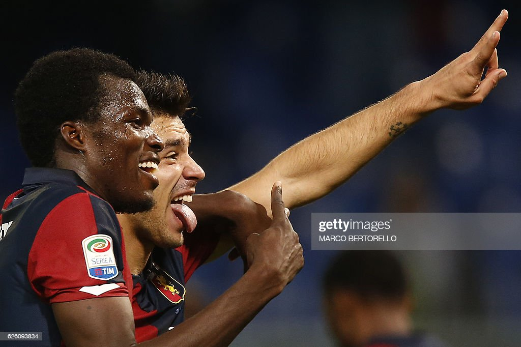 Genoa's forward Giovanni Simeone (R) and Genoa's Ghanaian midfielder Isaac Cofie celebrate at the end of the Italian Serie A football match Genoa Vs Juventus on November 27, 2016 at the Luigi Ferraris stadium in Genoa. / AFP / MARCO