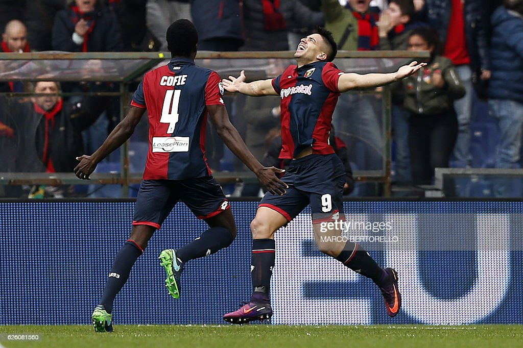 Genoa's forward Giovanni Simeone (R) celebrates with his teammate Genoa's Ghanian midfielder Isaac Cofie after scoring during the Italian Serie A football match Genoa vs Juventus on November 27, 2016 at the 'Luigi Ferraris' stadium in Genoa. / AFP / MARCO