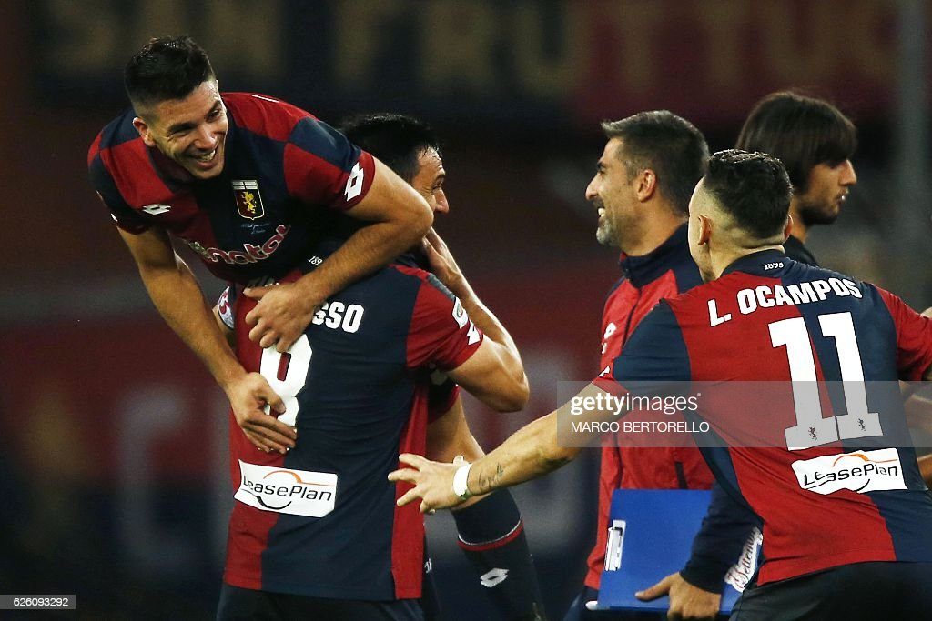 Genoa's forward Giovanni Simeone (L) celebrates with his teammates after scoring during the Italian Serie A football match Genoa Vs Juventus on November 27, 2016 at the Luigi Ferraris stadium in Genoa. / AFP / MARCO