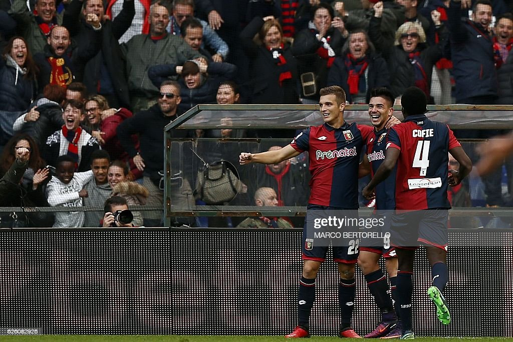 Genoa's forward Giovanni Simeone (C) celebrates with teammates after scoring a goal during the Italian Serie A football match between Genoa and Juventus on November 27, 2016 at the 'Luigi Ferraris' stadium in Genoa. / AFP / MARCO