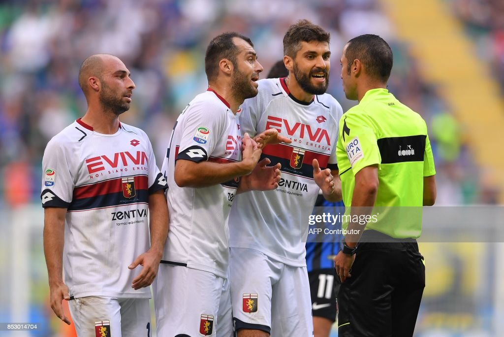 Genoa's forward Goran Pandev (2nd L) and Genoa's Togolese forward Serge Gakpe argue with the referee Marco Guida during the Italian Serie A football match Inter Milan Vs Genoa on September 24, 2017 at the San Siro stadium in Milan. /