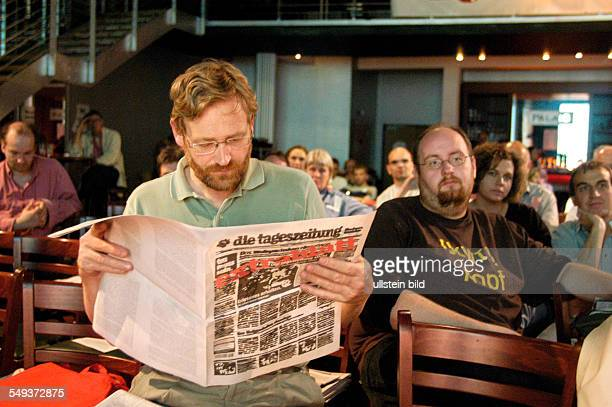 TAZ Genossenschaftsversammlung 2004 TAZ lesender Genosse in der Kulturbrauerei in Berlin