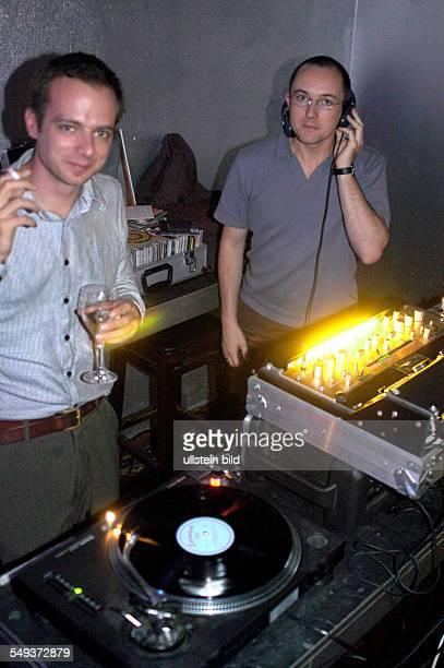 TAZ Genossenschaftsversammlung 2004 Unterhaltungprogramm Disco mit Daniel Bax und Tobias Rapp in der Kulturbrauerei in Berlin