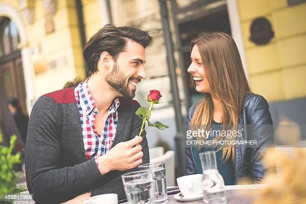 Mann gibt Rosen seiner Freundin