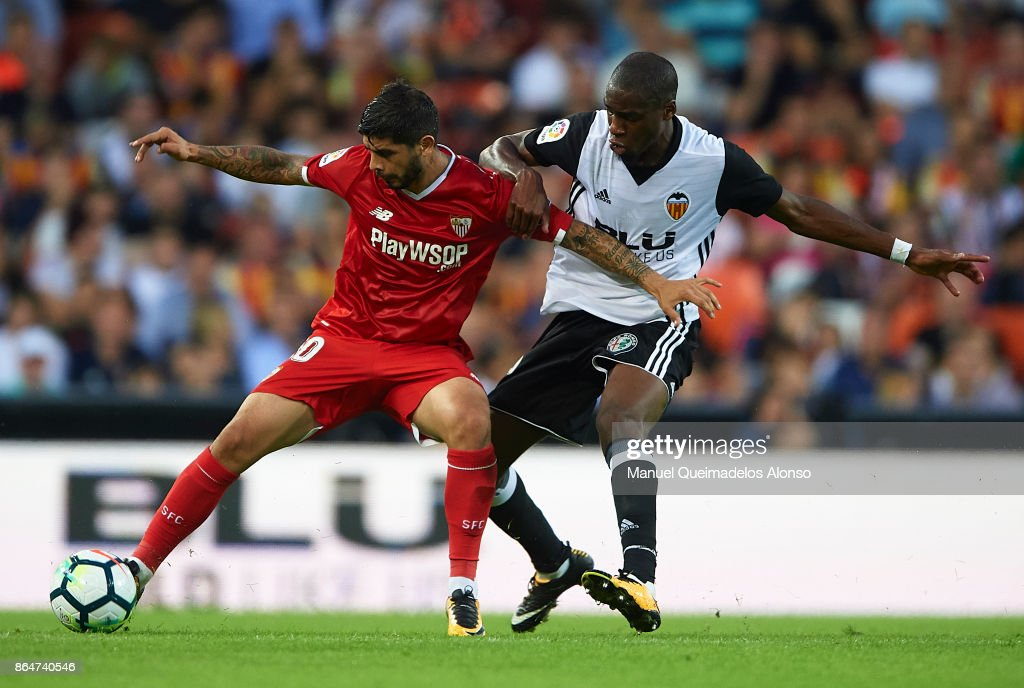 Geoffrey Kondogbia (R) of Valencia competes for the ball with Ever Banega of Sevilla during the La Liga match between Valencia and Sevilla at Estadio Mestalla on October 21, 2017 in Valencia, Spain.