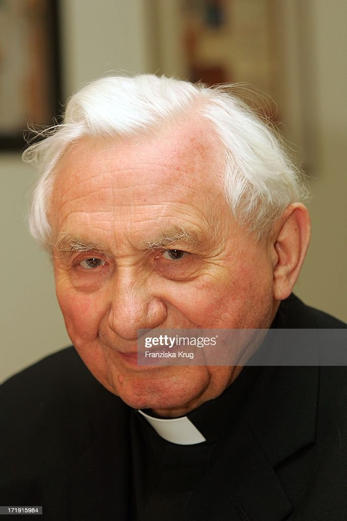 <a gi-track='captionPersonalityLinkClicked' href=/galleries/search?phrase=Georg+Ratzinger&family=editorial&specificpeople=641406 ng-click='$event.stopPropagation()'>Georg Ratzinger</a> In Seinem Haus In Regensburg .