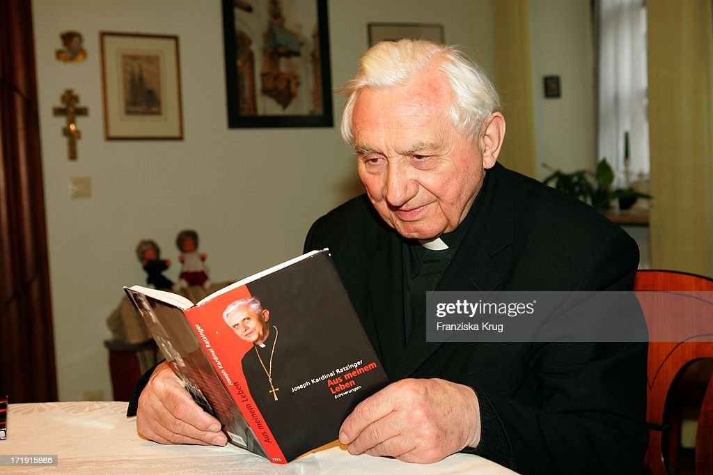 <a gi-track='captionPersonalityLinkClicked' href=/galleries/search?phrase=Georg+Ratzinger&family=editorial&specificpeople=641406 ng-click='$event.stopPropagation()'>Georg Ratzinger</a> Schaut Sich Das Buch Seines Bruders Joseph Kardinal Ratzinger 'Aus Meinem Leben' In Seinem Haus In Regensburg An .