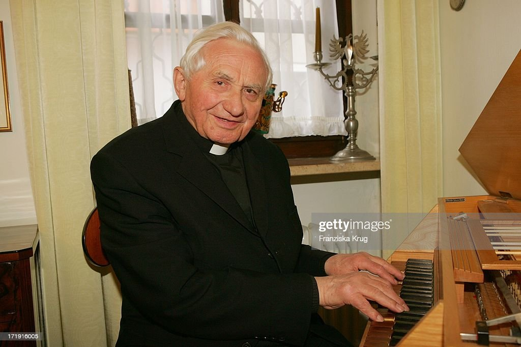 <a gi-track='captionPersonalityLinkClicked' href=/galleries/search?phrase=Georg+Ratzinger&family=editorial&specificpeople=641406 ng-click='$event.stopPropagation()'>Georg Ratzinger</a> Spielt Auf Seinem Spinett In Seinem Haus In Regensburg .
