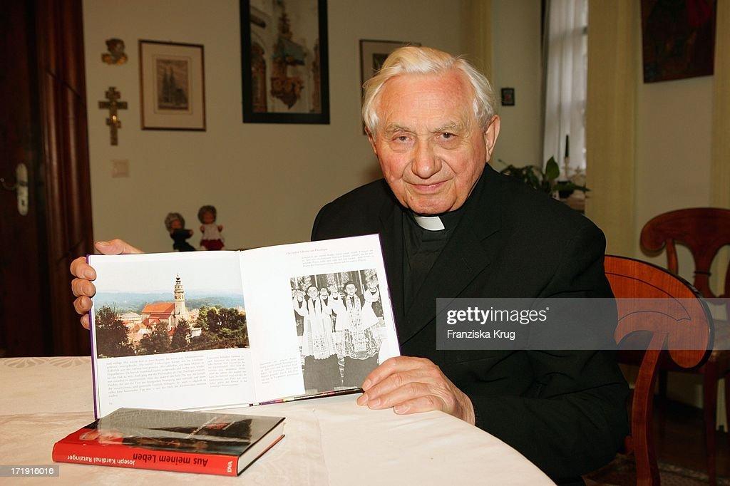 Georg Ratzinger Zeigt Ein Buch In Dem Er Und Sein Bruder Abgebildet Sind In Seinem Haus In Regensburg .