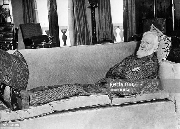 George Bernard ShawGeorge Bernard Shaw Schriftsteller Irland liegt auf einem Sofa 1928