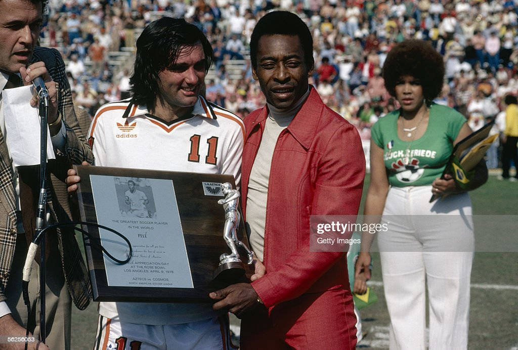 <a gi-track='captionPersonalityLinkClicked' href=/galleries/search?phrase=George+Best&family=editorial&specificpeople=206235 ng-click='$event.stopPropagation()'>George Best</a> presents Pele with a plaque commemorating the Brazilian as the best soccer player in the world during Pele Appreciation Day at Rose Bowl stadium in Pasedena, California, 9th April 1978. A friendly match was played between the Aztecs and Cosmos to mark the occasion.