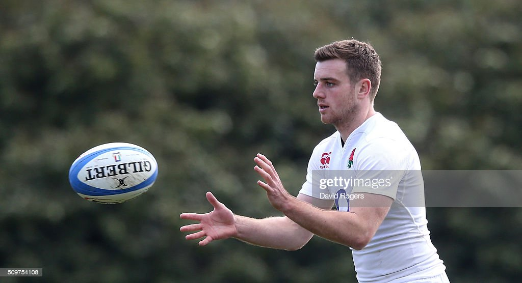 <a gi-track='captionPersonalityLinkClicked' href=/galleries/search?phrase=George+Ford+-+Jogador+de+Rugby+Union&family=editorial&specificpeople=11374128 ng-click='$event.stopPropagation()'>George Ford</a> catches the ball during the England training session held at Pennyhill Park on February 12, 2016 in Bagshot, England.