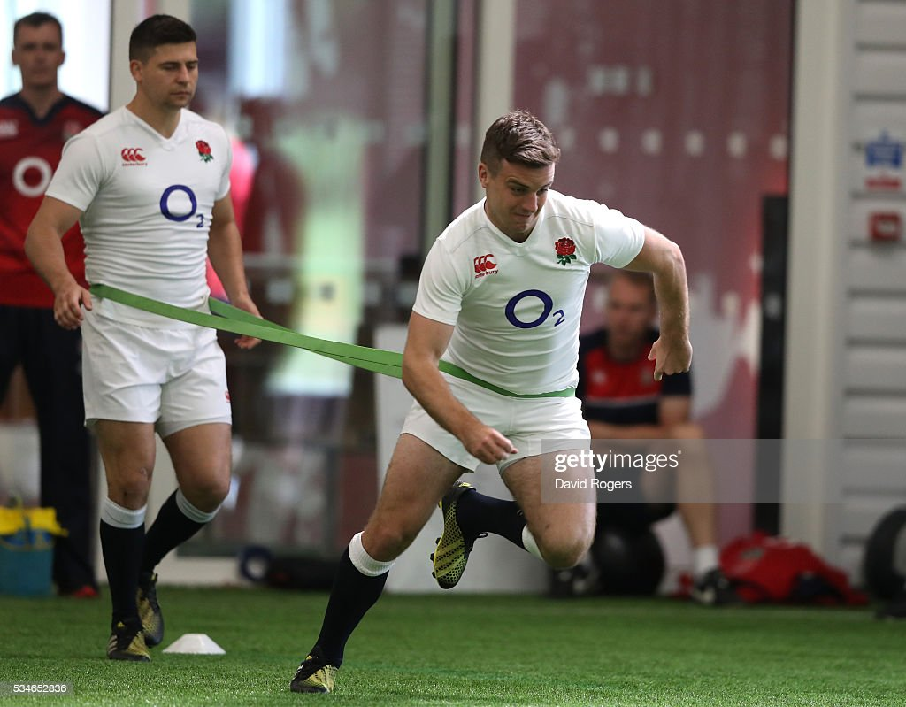 <a gi-track='captionPersonalityLinkClicked' href=/galleries/search?phrase=George+Ford+-+Jogador+de+Rugby+Union&family=editorial&specificpeople=11374128 ng-click='$event.stopPropagation()'>George Ford</a> sprints as <a gi-track='captionPersonalityLinkClicked' href=/galleries/search?phrase=Ben+Youngs&family=editorial&specificpeople=3970947 ng-click='$event.stopPropagation()'>Ben Youngs</a> holds the restraining band during the England training session held at Pennyhill Park on May 27, 2016 in Bagshot, England.