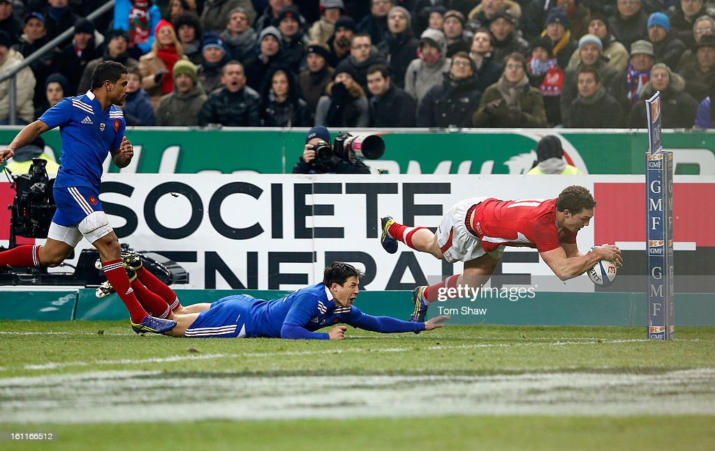 George North of Wales scores the opening try during the RBS Six Nations match between France and Wales at Stade de France on February 9, 2013 in Paris, France.
