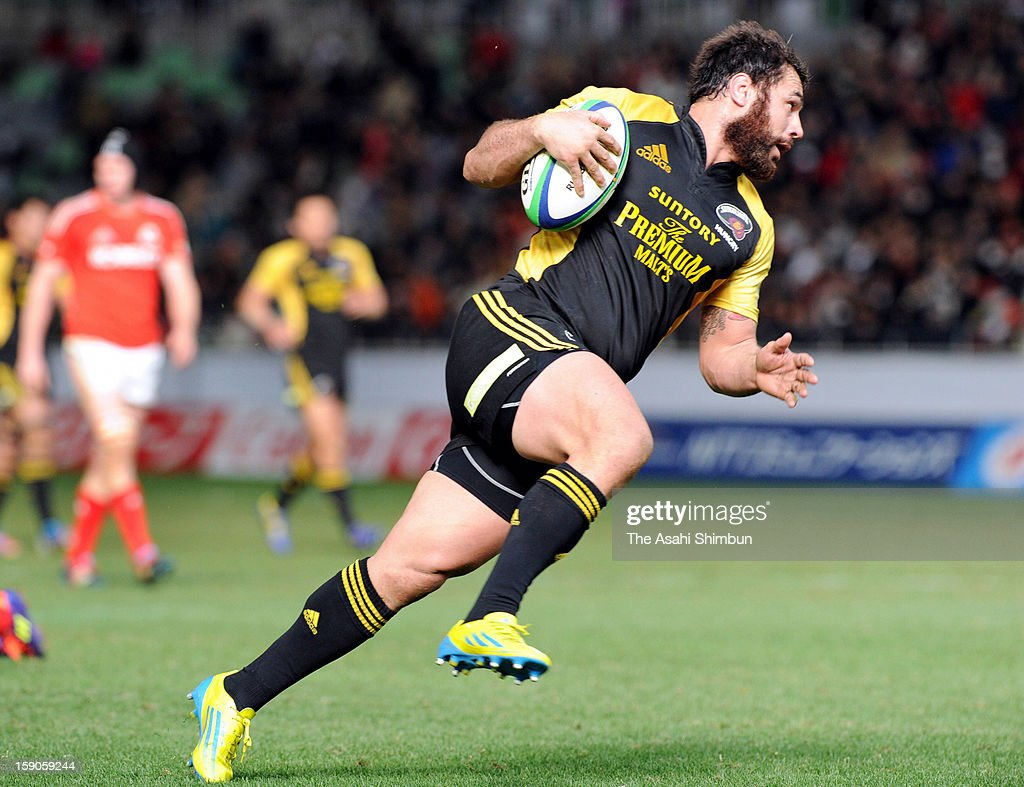 <a gi-track='captionPersonalityLinkClicked' href=/galleries/search?phrase=George+Smith+-+Rugby+Player&family=editorial&specificpeople=15720629 ng-click='$event.stopPropagation()'>George Smith</a> of Suntory Sungoliath runs with the ball to score a try during the Japan Rugby Top League match between Kobelco Steelers and Suntory Sungoliath at Home's Stadium Kobe on January 6, 2013 in Kobe, Hyogo, Japan.