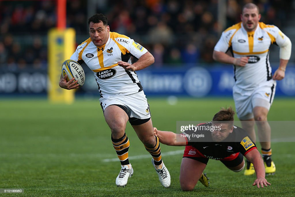 <a gi-track='captionPersonalityLinkClicked' href=/galleries/search?phrase=George+Smith&family=editorial&specificpeople=204724 ng-click='$event.stopPropagation()'>George Smith</a> of Wasps beats the tackle of Richard Barrington of Saracens during the Aviva Premiership match between Saracens and Wasps at Allianz Park on February 14, 2016 in London, United Kingdom.