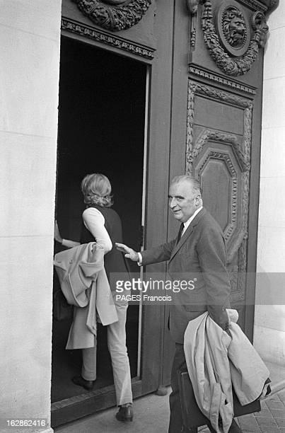 Georges And Claude Pompidou Voting France 27 avril 1969 Georges POMPIDOU et son épouse Claude de retour à Paris après leur vote à ORVILLIERS...