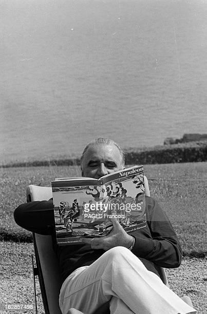 Georges Pompidou And His Wife Claude On Holiday In Brittany France pointe de l'Arcouest 25 juillet 1969 le président de la république française...