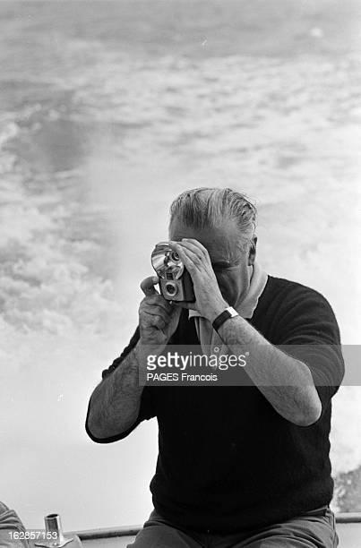 Georges Pompidou And His Wife Claude On Vacation En été 1965 en Bretagne à Fouesnant Georges POMPIDOU réalisant une photo avec un flash au cours de...