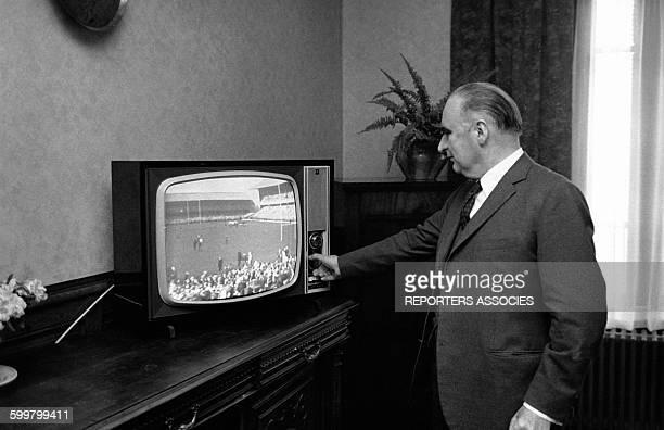 Georges Pompidou devant un match de rugby à la télévision circa 1960 en France