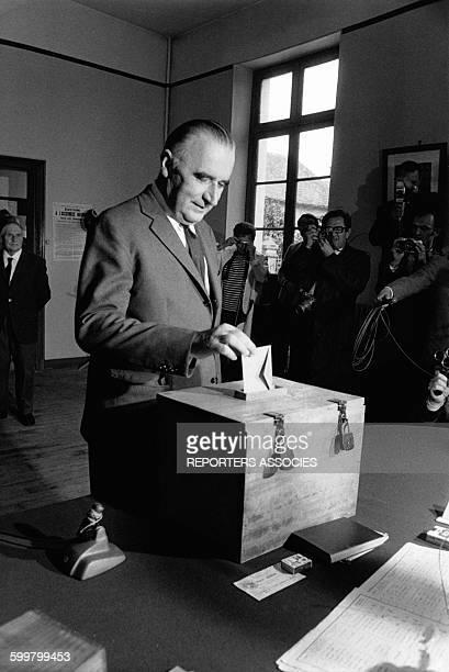 Georges Pompidou dépose son bulletin de vote dans l'urne devant les objectifs des photographes à Orvilliers France circa 1960