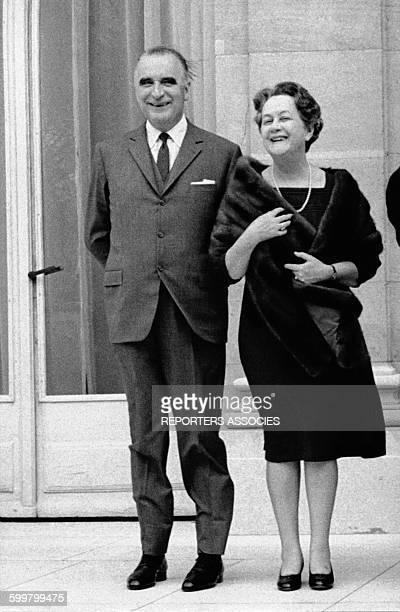 Georges Pompidou et de Yvonne de Gaulle sur le perron du palais de l'Elysée circa 1960 à Paris France