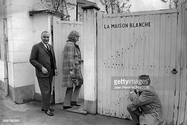 Georges Pompidou et son épouse Claude rentrant dans leur maison à Orvilliers mars 1967 en France