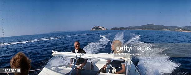 Georges Pompidou On Holiday At Fort Brégançon En Août 1969 Georges POMPIDOU au volant d'un bateau à moteur et son épouse Claude faisant une sortie en...