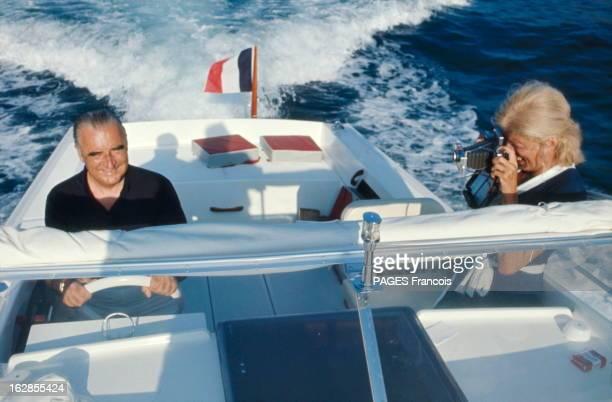 Georges Pompidou On Holiday At Fort Brégançon Georges POMPIDOU aux commandes d'un bateau 'Arcoa' avec son épouse Claude le photograhiant lors de...