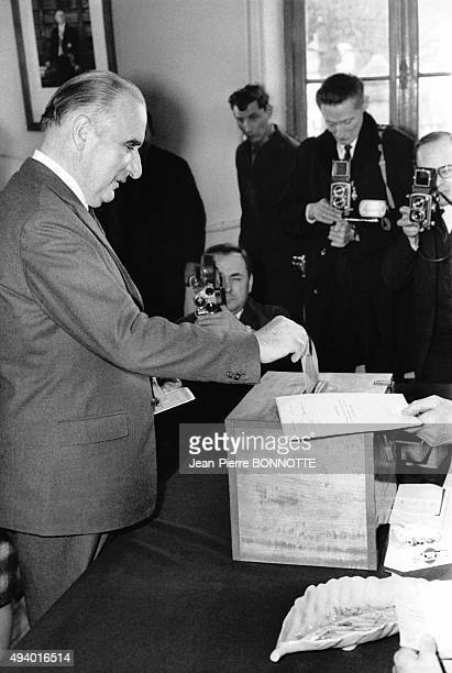 Georges Pompidou président de la République Française déposant son bulletin de vote dans une urne en France circa 1970