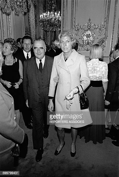 Georges Pompidou tient son épouse Claude par le bras dans un salon de l'Elysée à Paris France circa 1960