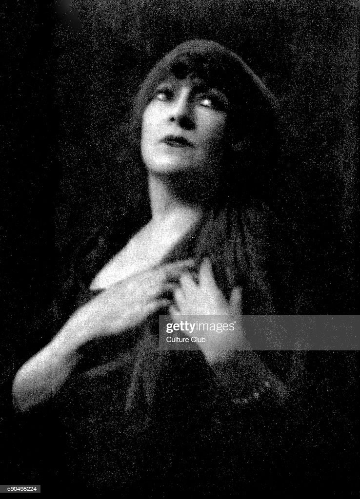 Georgette Leblanc in title role in Maurice Maeterlink 's Monna Vanna Premiered on 7 May 1902 at ThŽatre de l'Oeuvre French actress and soprano 8...