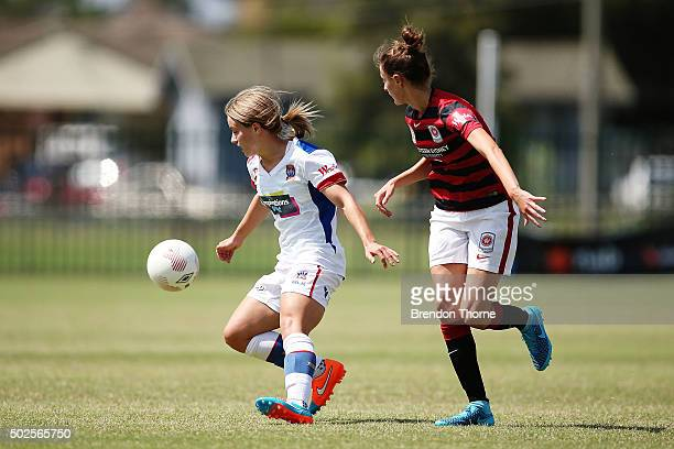 Georgia YeomanDale of the Jets competes with Rachael Soutar of the Wanderers during the round 11 WLeague match between the Western Sydney Wanderers...