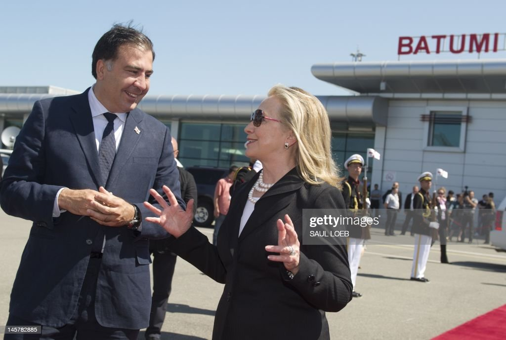 Georgian President Mikheil Saakashvili (L) speaks with US Secretary of State Hillary Clinton on June 6, 2012 at Batumi International Airport in Batumi before her departure for Baku. PHOTO / POOL / Saul LOEB