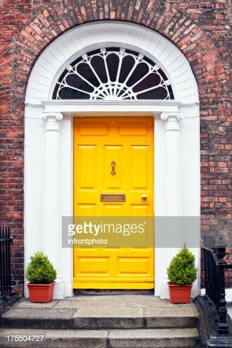 ジョージアンスタイルの黄色の木製ドア