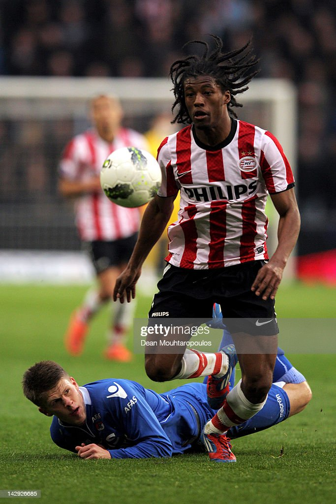 Georginio Wijnaldum of PSV and Johann Berg Gudmundsson of AZ Alkmaar battle for the ball during the Eredivisie match between PSV Eindhoven and AZ...